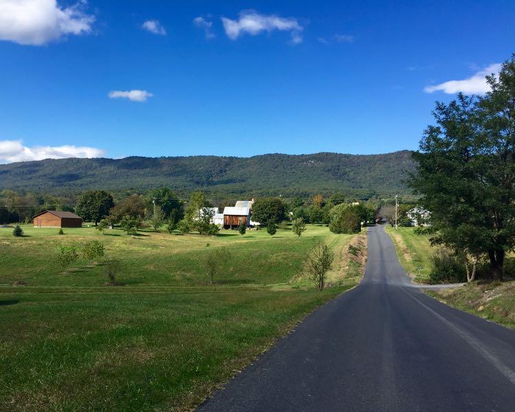 Scenic road Shenandoah Valley north