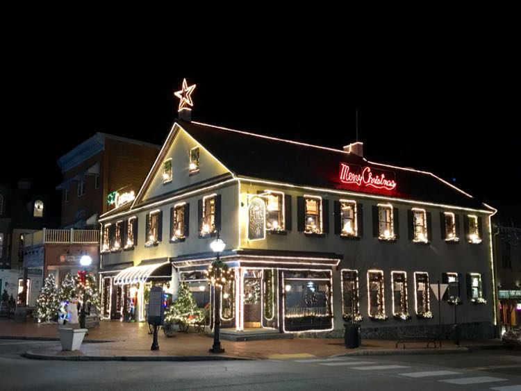 The Pub and Restaurant decorated for a Gettysburg Christmas